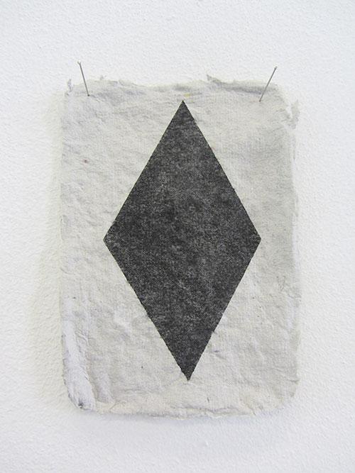 Janina Schipper, Ruit, houtskool op zelfgemaakt papier, 14,5 x 10,5 cm, € 185,-